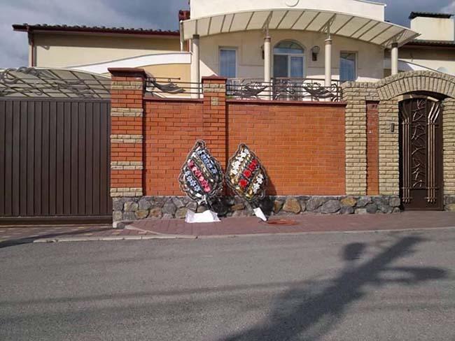 Почему к дому Гройсмана в Виннице принесли поминальные венки (фото) (фото) - фото 1