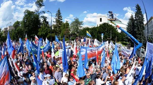 Напротести проти судової реформи вийшли тисячі поляків