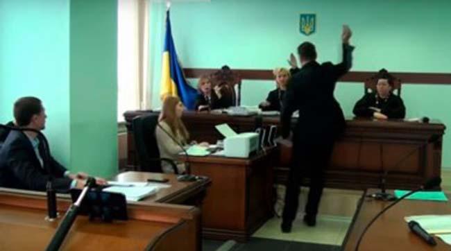 Позивач кинув пакет зпорошком вобличчя судді Апеляційного суду Києва